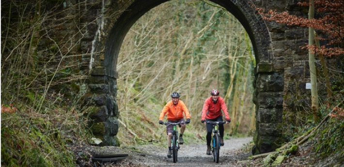 two clyclists on teh Keswick to Threlkeld railway path